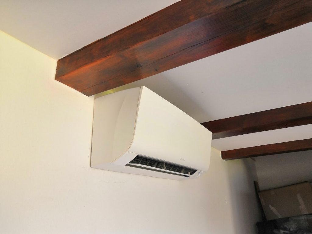 klimatizace-Daikin-Perfera-instalace-rodinny-dum-obyvak-montaz-NODIP-1